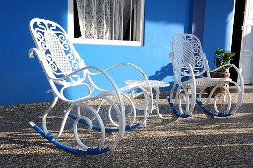 Кресло-качалка - 12 подарков для домашнего уюта