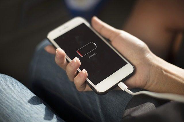 Зарядное устройство для смартфона - что подарить выпускнику 11 класса