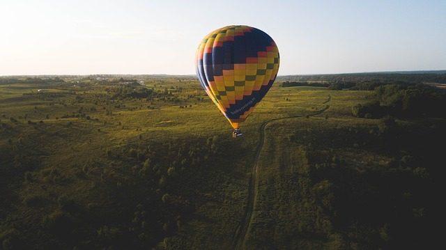 Полет на воздушном шаре - что подарить на свадьбу молодоженам