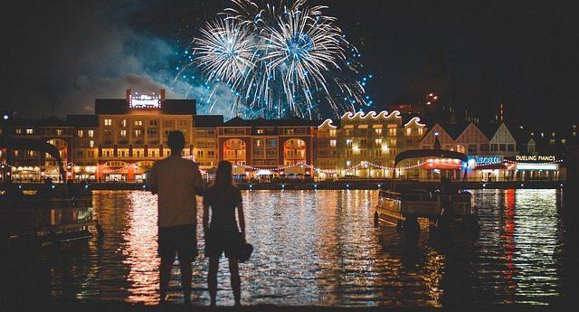 Фейерверк или огненное шоу, шоу мыльных пузырей - что подарить на свадьбу молодоженам