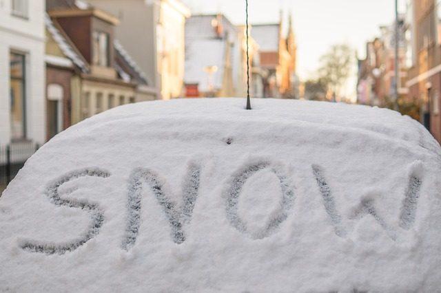 Скребок для снега - Что подарить в автомобиль